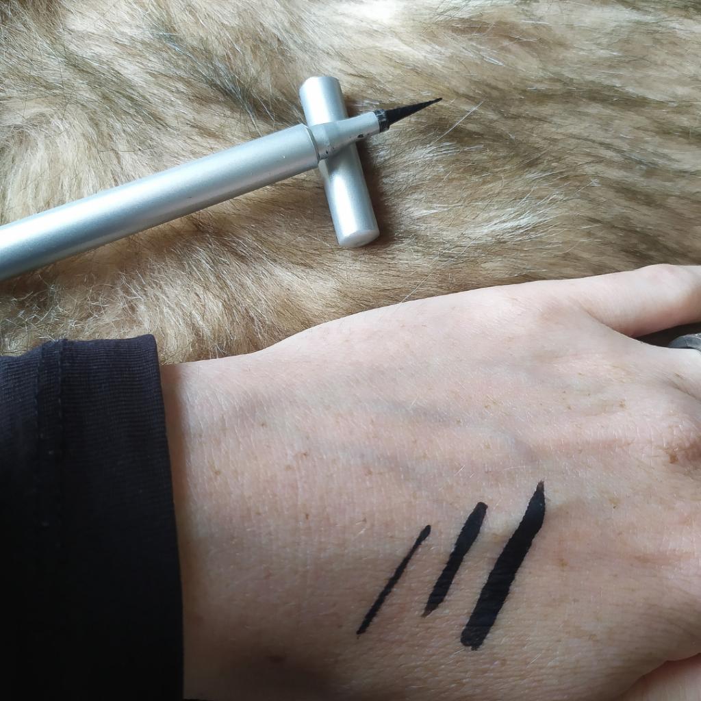 Blezi Liquid Eyeliner Pen By Vosje